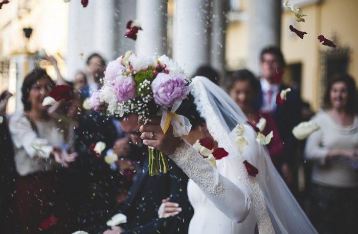 結婚式 コロナ 延期 決行 迷惑